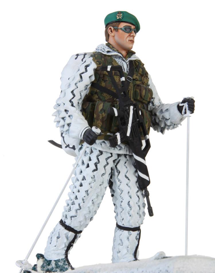 Esquiador brigada de cazadores de montaña